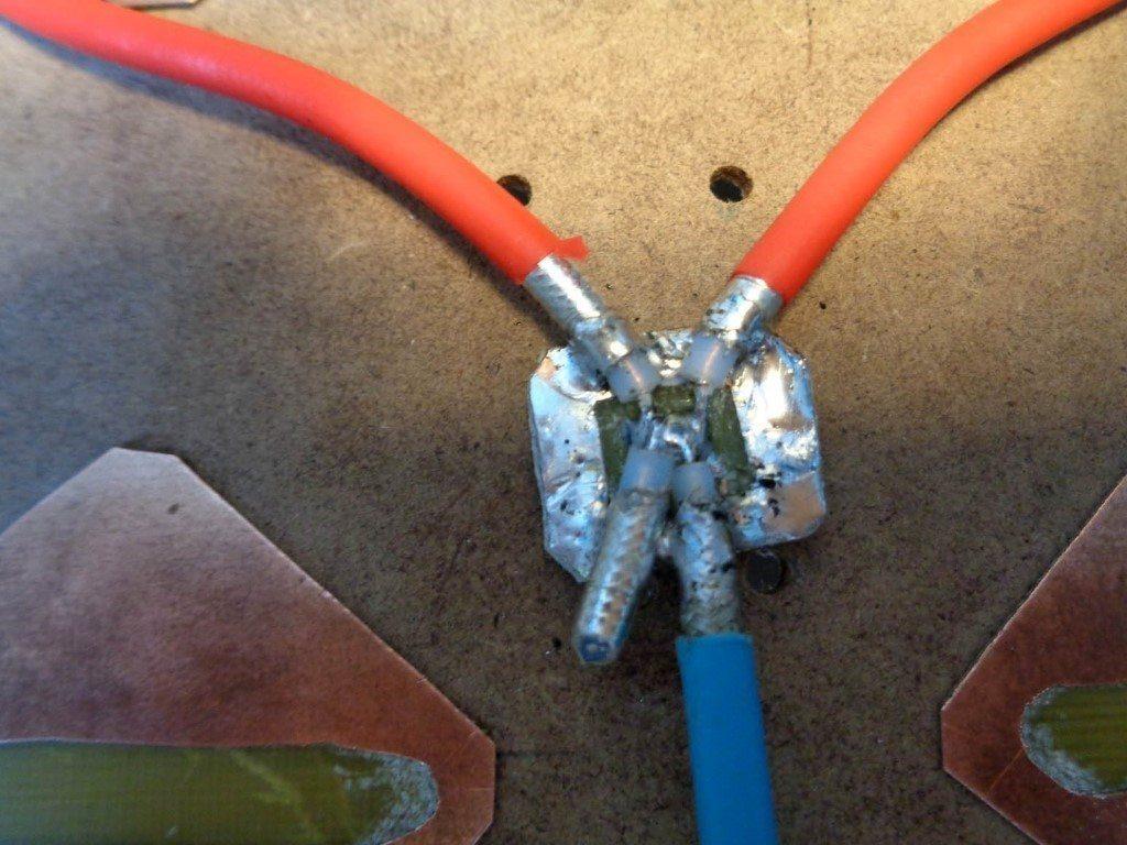Разомкнутый отрезок коаксиального кабеля распаян к точке сложения двух вибраторов